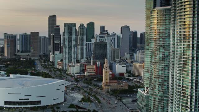 vídeos y material grabado en eventos de stock de ascending drone shot of biscayne boulevard in downtown miami - bahía de biscayne
