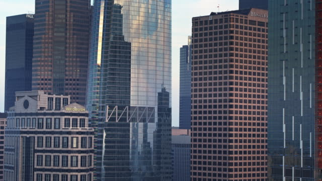 vídeos de stock, filmes e b-roll de ascending drone shot of downtown los angeles skyscrapers - inclinação para cima