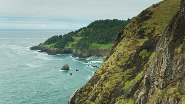 stockvideo's en b-roll-footage met oplopend drone shot van spectaculaire oregon coast - oregon coast