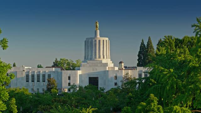 vídeos de stock e filmes b-roll de ascending drone shot of the oregon state capitol building - oregon estado dos eua