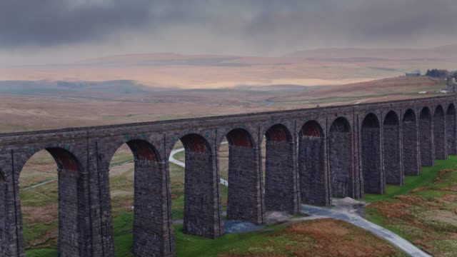aufsteigende drohne schuss ribblehead-viadukt - yorkshire stock-videos und b-roll-filmmaterial