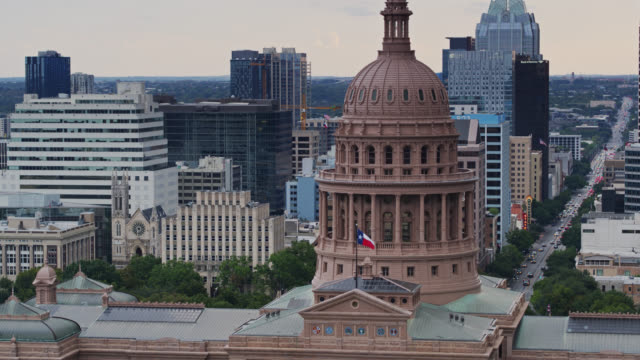 ascending drone shot of the texas state capitol building - local government building stock videos & royalty-free footage