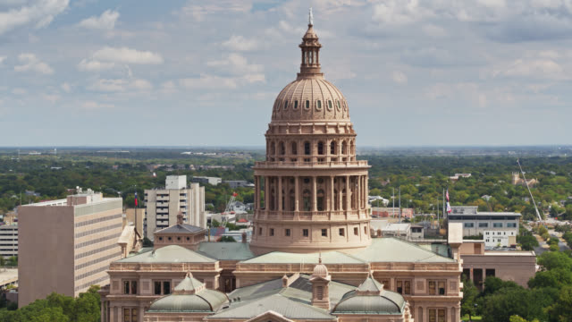 ascending drone shot of the texas state capitol building - texas state capitol building stock videos & royalty-free footage
