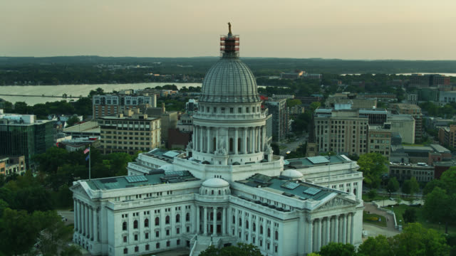 ascending drone shot of the wisconsin state capitol - vox populi stock videos & royalty-free footage