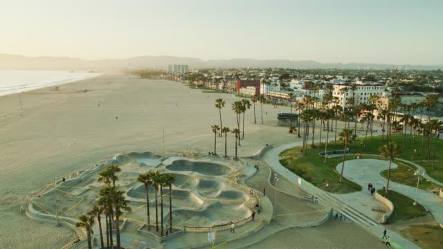 stockvideo's en b-roll-footage met ascending drone shot of venice beach skate park during covid-19 lockdown - skateboardpark