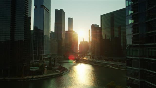 シカゴ川の合流を明らかにする上昇ドローンショット - シカゴ市点の映像素材/bロール