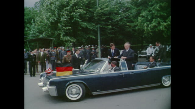 ascends steps to podium - john f. kennedy politik stock-videos und b-roll-filmmaterial