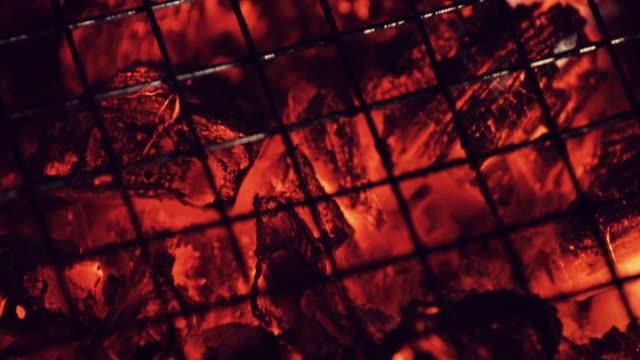 vídeos de stock, filmes e b-roll de cinzas e carvão a grelha - b roll