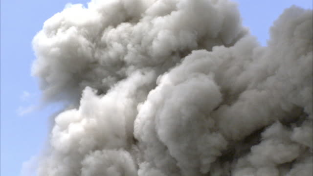 ash billows from erupting volcano, new britain, png - cenere video stock e b–roll