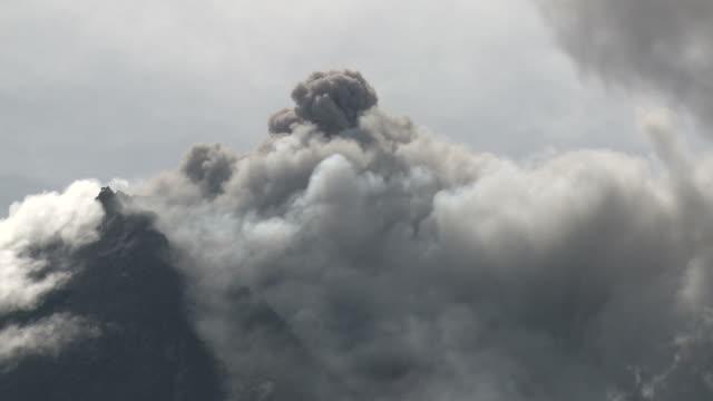 ash cloud erupts from merapi volcano; central java, indonesia. 29 october 2010 - pyroklastischer strom stock-videos und b-roll-filmmaterial