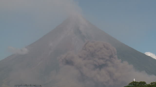 ash cloud from pyroclastic flow drifts past side of large volcano, philippines, dec 2009 - pyroklastischer strom stock-videos und b-roll-filmmaterial