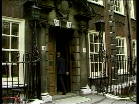 no coalition with snp lib england london charles kennedy along towards and into building pull int sdp officials down stairs and greet kennedy ext... - mp stock-videos und b-roll-filmmaterial