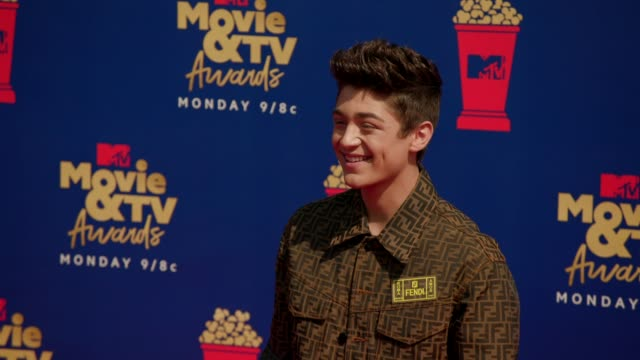 asher angel at the 2019 mtv movie & tv awards at barkar hangar on june 15, 2019 in santa monica, california. - mtvムービー&tvアワード点の映像素材/bロール