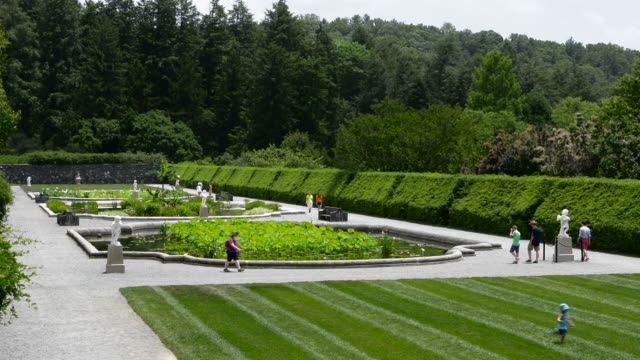 asheville north carolina gardens of historic biltmore estate home of vanderbilt in 1895 largest private home in the usa - 宅地点の映像素材/bロール