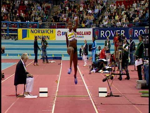 ashia hansen women's triple jump 2004 norwich union indoor grand prix - lanci e salti femminile video stock e b–roll