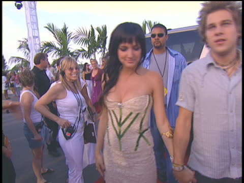 ashlee simpson and ryan cabrera arriving at the 2004 mtv video music awards red carpet. - 2004 stock videos & royalty-free footage