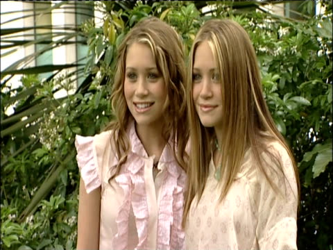 vídeos de stock, filmes e b-roll de ashley and marykate olsen pose for press on visit to london may 2002 - mary kate olsen