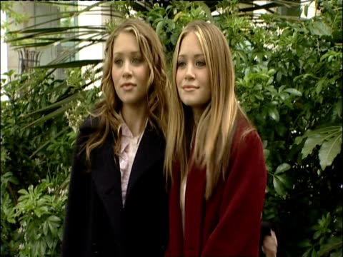 vídeos de stock, filmes e b-roll de ashley and mary-kate olsen posing for press on visit to london; may 2002 - mary kate olsen
