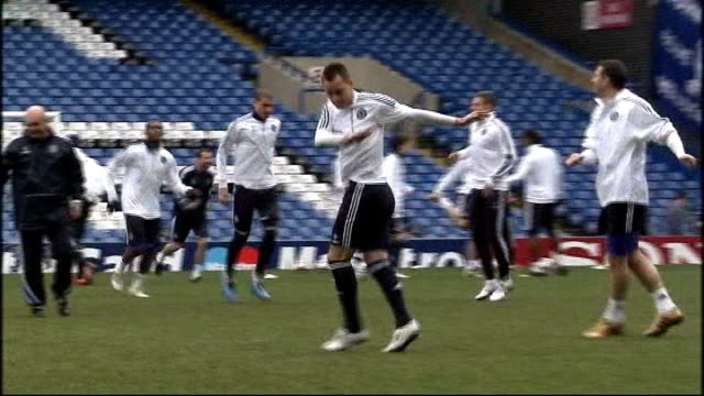 ashley cole apologises for twitter outburst against football association t27091205 / tx stamford bridge ext john terry training with chelsea players... - スタンフォードブリッジ点の映像素材/bロール
