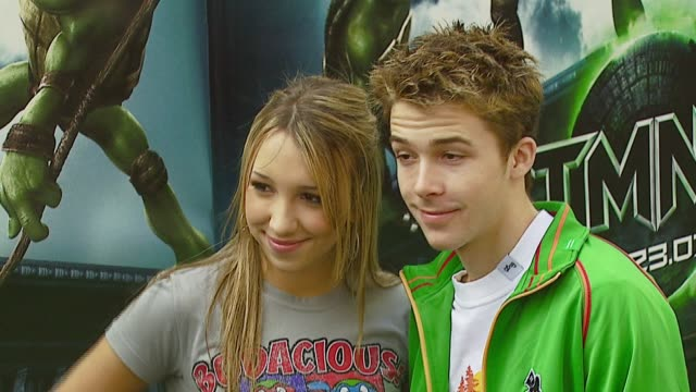 ashley edner and bobby edner at the 'teenage mutant ninja turtles' world premiere at grauman's chinese theatre in hollywood, california on march 17,... - ミュータント・タートルズ点の映像素材/bロール