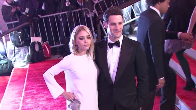 stockvideo's en b-roll-footage met ashley olsen and justin bartha at the 'the model as muse embodying fashion' costume institute gala at the metropolitan museum of art arrivals at new... - 2009