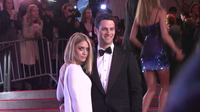 ashley olsen and justin bartha at the 'the model as muse: embodying fashion' costume institute gala at the metropolitan museum of art - arrivals at... - アシュレー・オルセン点の映像素材/bロール