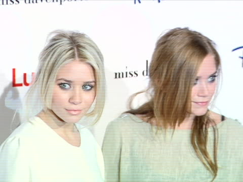 vídeos de stock, filmes e b-roll de ashley olsen and mary kate olsen at the lucky magazine hosts miss davenporte trunk show at ron herman at ron herman in los angeles, ca. - mary kate olsen