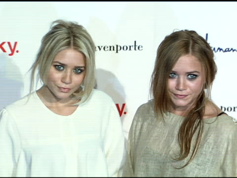ashley olsen and mary kate olsen at the miss davenporte trunk show hosted by lucky magazine at ron herman in los angeles california on november 17... - 幸運点の映像素材/bロール