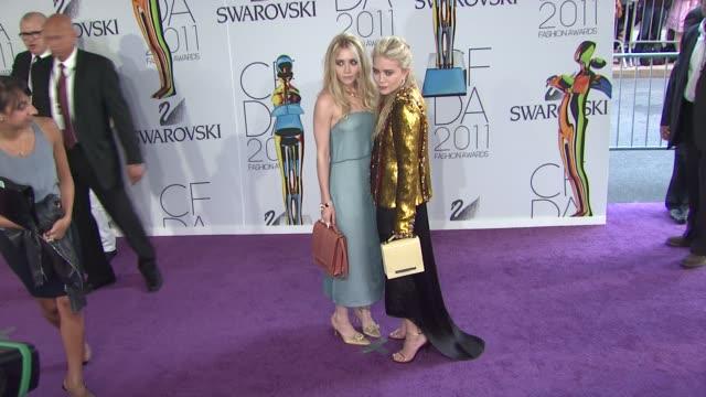 ashley olsen and mary-kate olsen at the the 2011 cfda fashion awards at new york ny. - アシュレー・オルセン点の映像素材/bロール