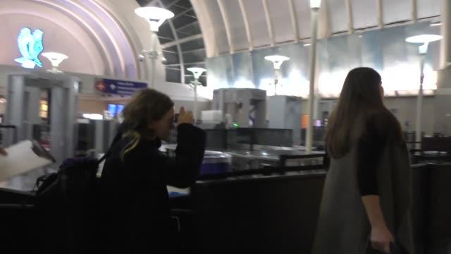 ashley olsen arriving at lax airport in los angeles in celebrity sightings in los angeles, - アシュレー・オルセン点の映像素材/bロール