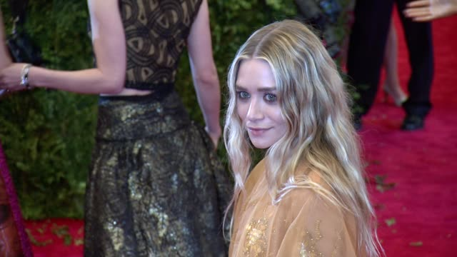 """ashley olsen at """"punk: chaos to couture"""" costume institute gala at metropolitan museum of art on may 06, 2013 in new york, new york - アシュレー・オルセン点の映像素材/bロール"""