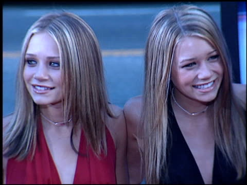 ashley olsen at the 'rush hour 2' premiere at grauman's chinese theatre in hollywood, california on july 26, 2001. - ラッシュアワー 2点の映像素材/bロール