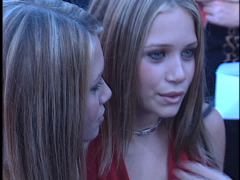 ashley olsen at the rush hour 2 premiere at manns chinese theater, hollywood in hollywood, ca. - ラッシュアワー 2点の映像素材/bロール