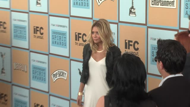 ashley olsen at the the 21st annual ifp independent spirit awards in santa monica, california on march 4, 2006. - アシュレー・オルセン点の映像素材/bロール