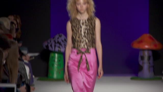 vidéos et rushes de runway ashley williams at london fashion week february 2019 ashley williams on february 15 2019 in london united kingdom - semaine de la mode de londres