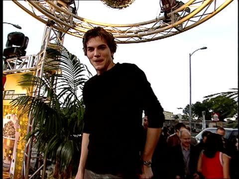 ashton kutcher arriving on the red carpet at the 2001 mtv movie awards - ashton kutcher stock-videos und b-roll-filmmaterial
