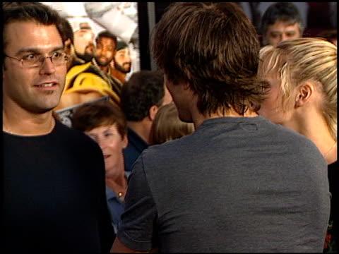 ashton kutcher at the 'jay and silent bob strike back' premiere on august 15 2001 - ashton kutcher stock-videos und b-roll-filmmaterial