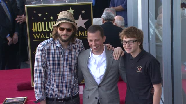 ashton kutcher jon cryer angus t jones at the jon cryer honored with star on the hollywood walk of fame at hollywood ca - ashton kutcher stock-videos und b-roll-filmmaterial