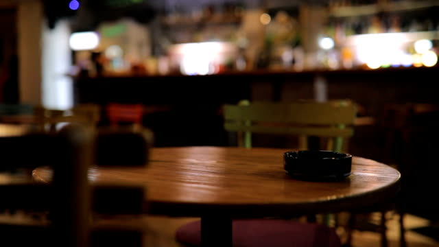stockvideo's en b-roll-footage met asbak op tafel in pub - bar gebouw