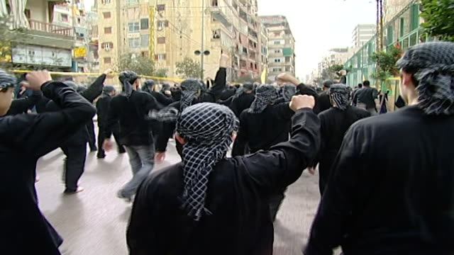 """vídeos y material grabado en eventos de stock de ashura procession organized by hezbollah in dahieh. men walking barefoot and chanting in arabic, """"oh, martyr. oh, thirsty. oh, oppressed. oh, angry."""" - ashura"""