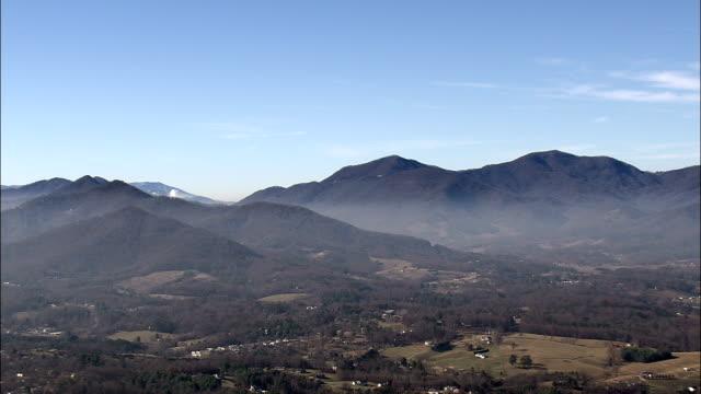 アッシュビル歴史的な地区 - 空中写真 - ノース ・ カロライナ州、コンブ郡、アメリカ合衆国 - ノースカロライナ州点の映像素材/bロール