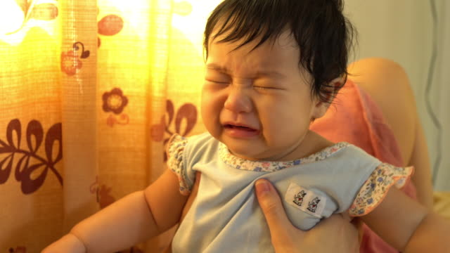 アジアの赤ちゃんが遊ぶ - 引く点の映像素材/bロール