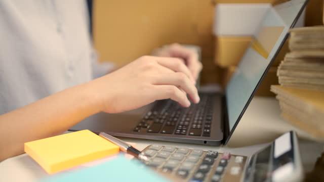 vídeos de stock, filmes e b-roll de asia business proprietário de pme verificando pedido, trabalhando em casa. - ordem