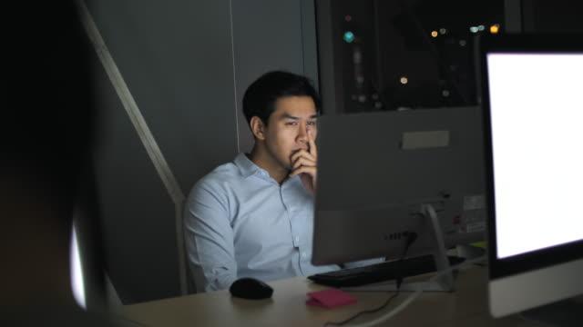 vídeos de stock e filmes b-roll de asia businessman working at night - editorial