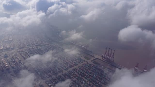 vidéos et rushes de asie chine international port container transport - grue engin de chantier
