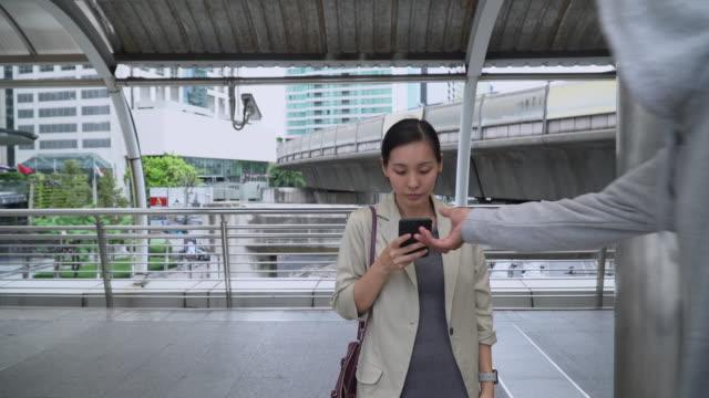 vidéos et rushes de asiatique criminel dans la rue - sac