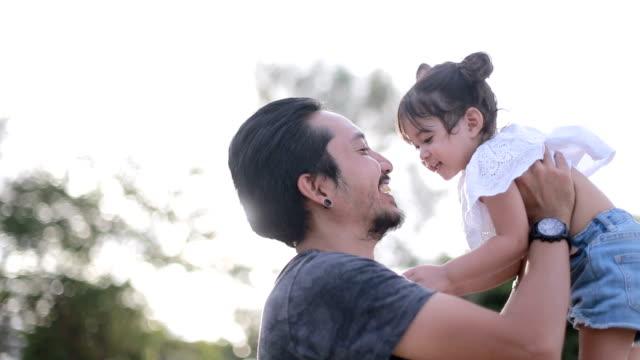 アジアの父は彼の娘と遊ぶ - おんぶ点の映像素材/bロール