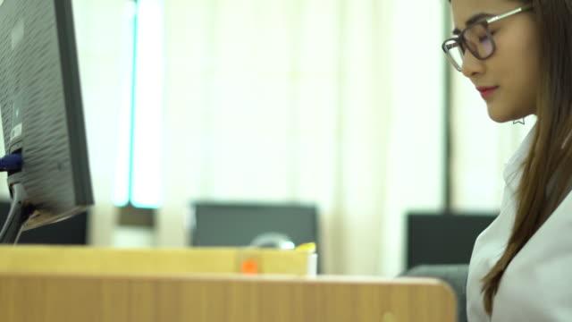 Asia Frauen arbeiten im Büro