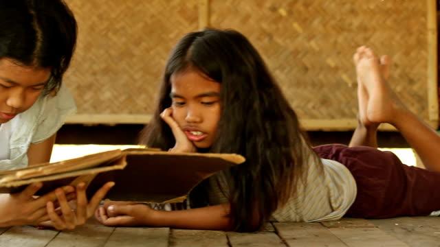vídeos de stock e filmes b-roll de ásia meninas ler o livro - pobreza