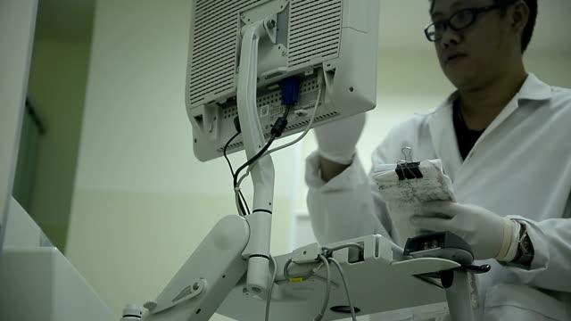 Asien medizinische Techniker Mann Arbeiten im Labor Krankenhaus